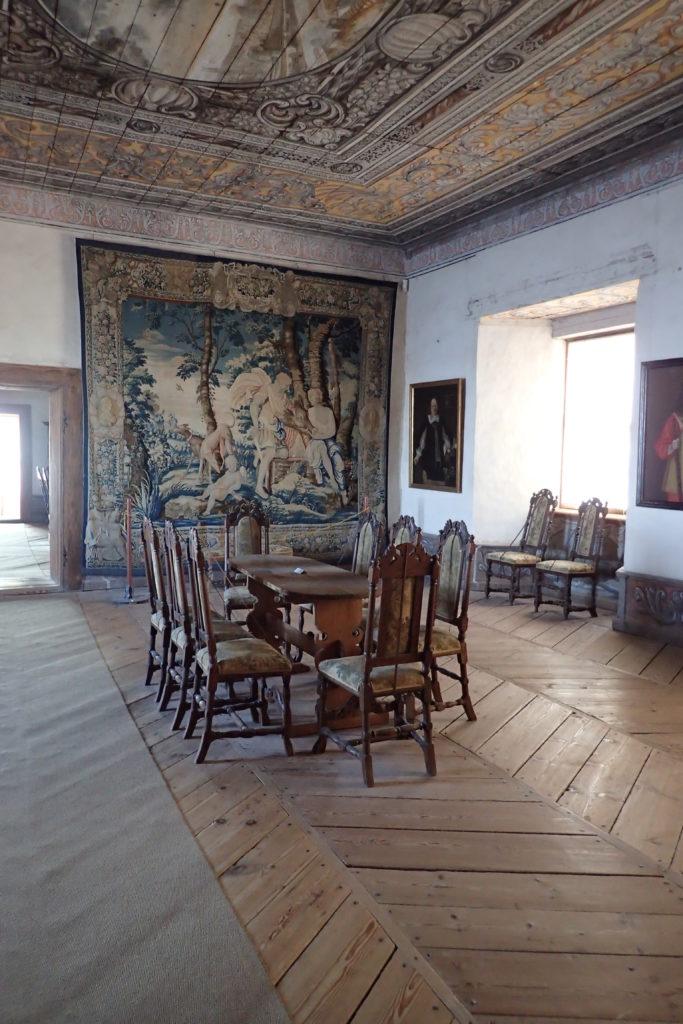 Sala senyorial amb un tapís de fons