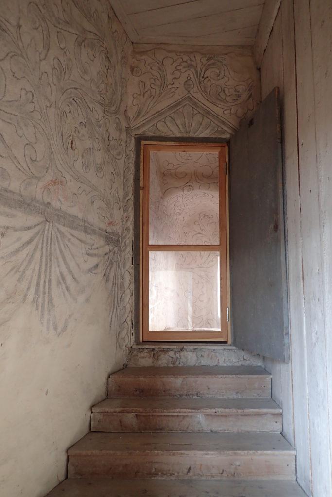 Escales amb porta al fons i paret dibuixada