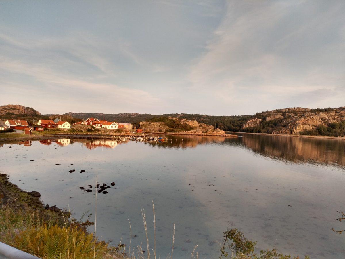 Pla general amb l'aigua en primer terme i el poble al fons
