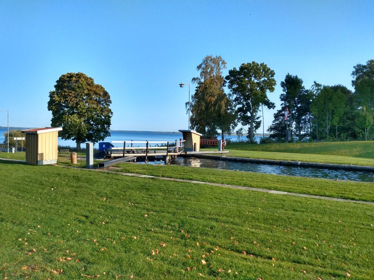 Vista de l'últim tram amb el canal d'aigua i el llac al fons.