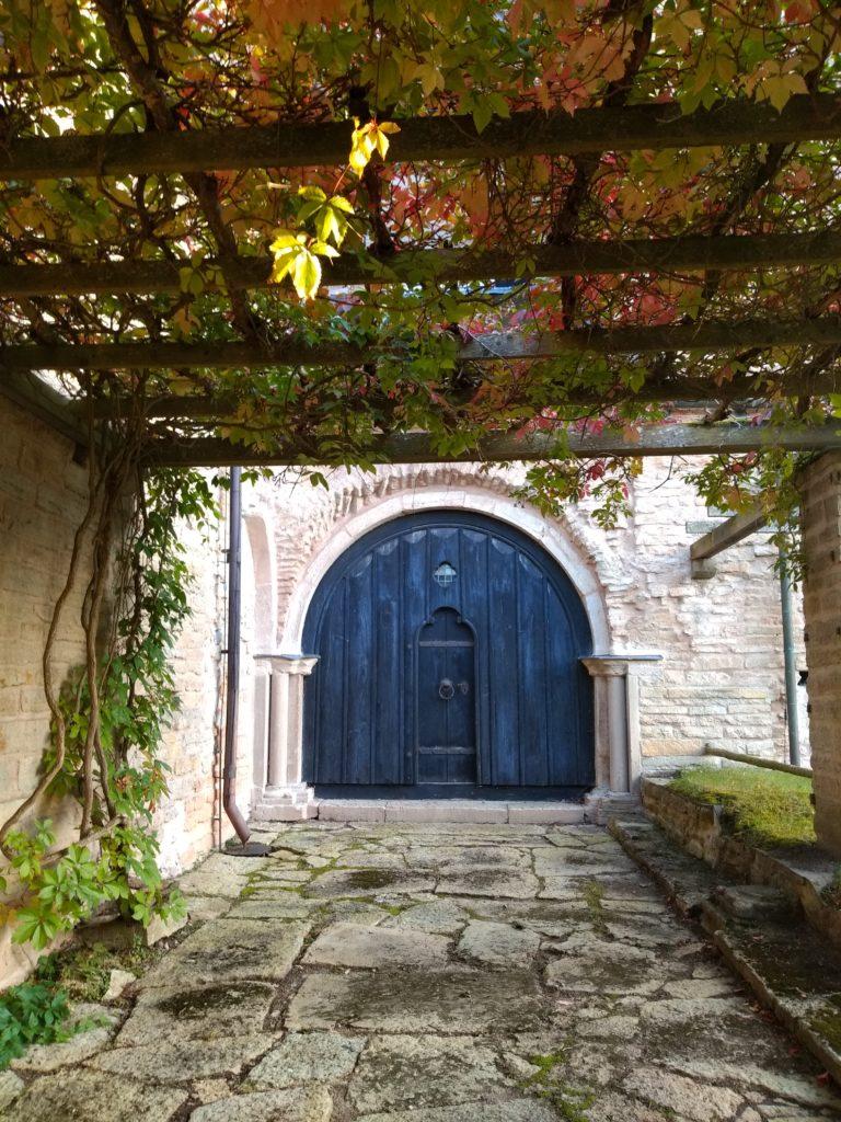 Una porta emmarcada per un arc.