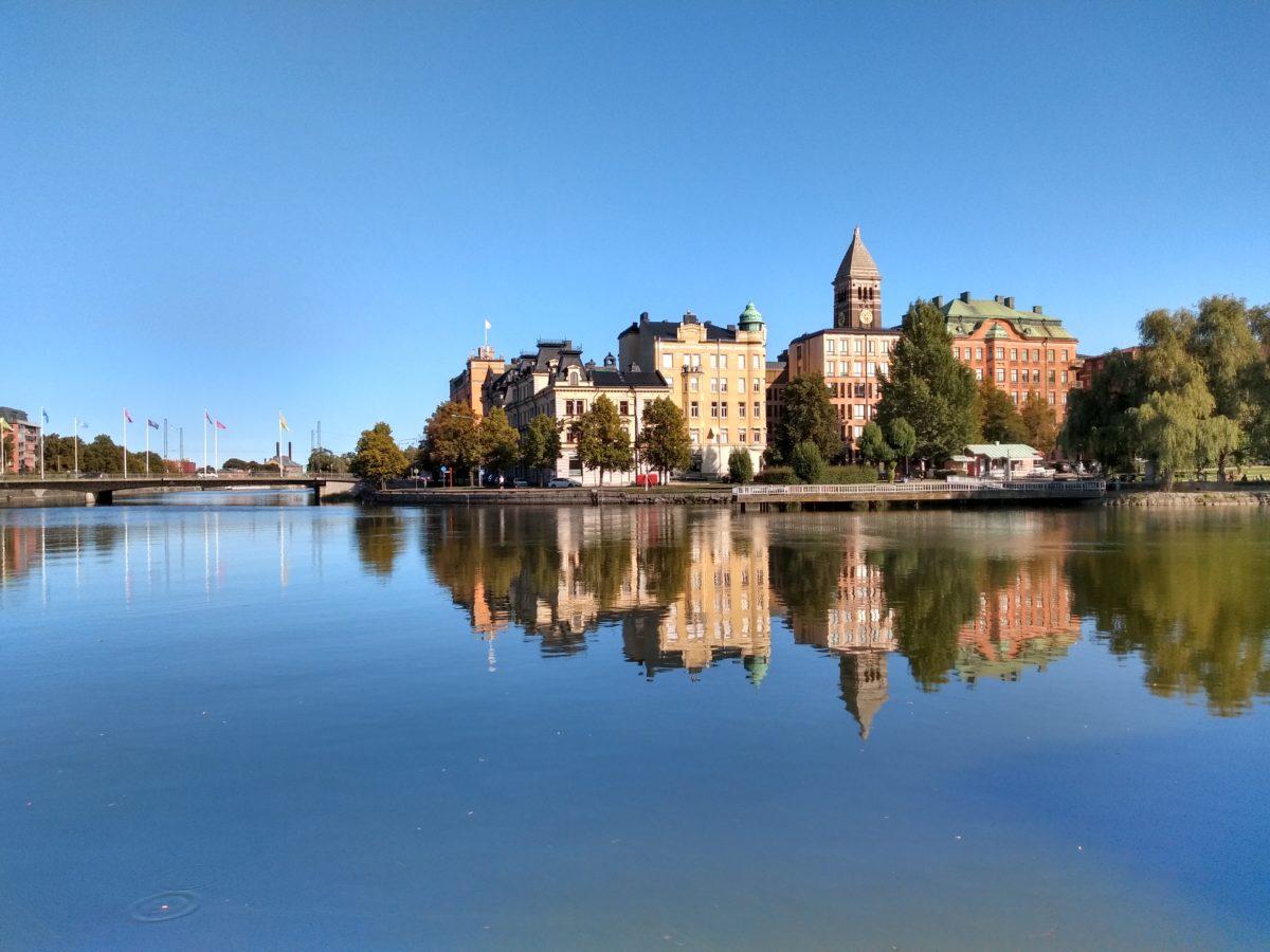 Edificis de la ciutatvella amb el canal davant, reflectint-s'hi perfectament.