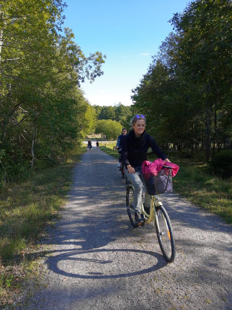 Jo amb la bici de l'Ada per un camí de grava que fa pujada.