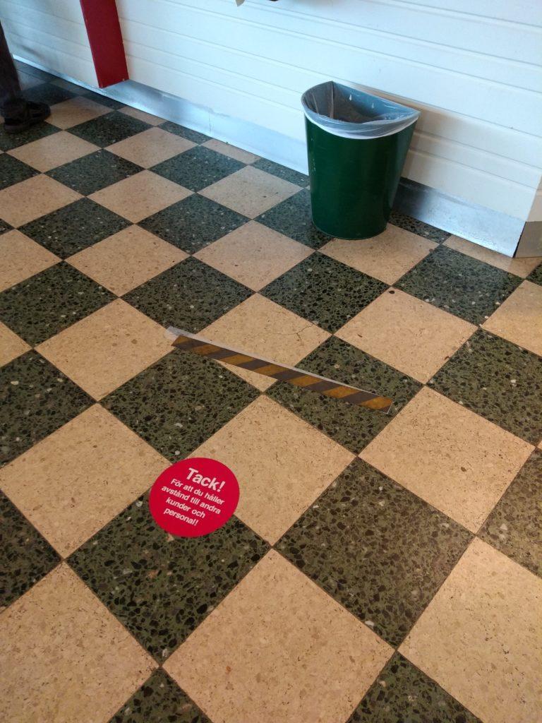 Enganxina a terra per marcar la distància de seguretat.